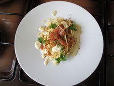 Pasta  Spaghetti  ail  huile  de olive tomate  piments  persil  et  sauce de pain   Gino D'Aquino