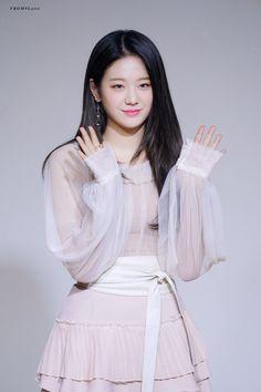 Kpop Girl Groups, Korean Girl Groups, Kpop Girls, K Idols, South Korean Girls, Korean Actors, Medium Hair Styles, Girl Crushes, Cute Girls