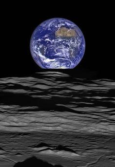 Image spectaculaire de la Terre vue de la Lune. La planète bleue juste derrière le limbe lunaire, photographiée le 12 octobre 2015 par les caméras de la sonde américaine Lunar Reconnaissance Orbiter. Crédits : NASA/GSFC/Arizona State University (Image en haute résolution en cliquant)