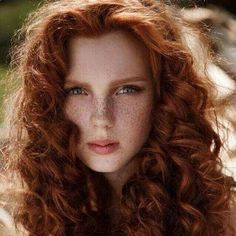 Freckles, red hair and curls? this ginger girls got it all. Beautiful Red Hair, Gorgeous Redhead, Ginger Girls, Redhead Girl, Protective Hairstyles, Wavy Hairstyles, Ginger Hair, Freckles, Hair Colors