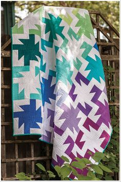 Enjoy the Sparkler digital pattern from Easy Quilts Spring 2013 issue. Like fireworks on the of July, these blocks burst with sprays of color. Easier than it looks, the blocks are all the same-clever placement of the blocks' color creates the p Quilting Tutorials, Quilting Projects, Quilting Designs, Sewing Projects, Quilting Ideas, Modern Quilting, Quilt Design, Sewing Ideas, Geometric Quilt