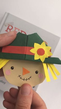 Awww what a cutie! If you love a bookmark for EVERY occasion. how about this easy Scarecrow Corner Bookmark? The kids will have LOADS of fun making these for Fall or Harvest Festival. Find out how plus MANY MORE designs today. Origami Bookmark Corner, Bookmark Craft, Diy Bookmarks, Corner Bookmarks, Ribbon Bookmarks, Paper Crafts For Kids, Easy Crafts For Kids, Diy Arts And Crafts, Easter Crafts
