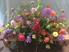 In maart zijn volop lentebloemen te krijgen voor een mooi wild rouwstuk met anemonen, kievitsbloemen en de eerste lathyrus Cut Flower Garden, Funeral Flowers, Cut Flowers, Beautiful Flowers, Floral Wreath, Projects To Try, Wreaths, Plants, Amsterdam