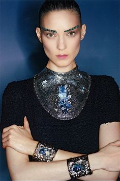 Bei Chanel wurden die Models mit abstraktem Schmuck ausgestattet.