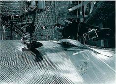 Tom #Schanakemberg. #NorthSails #Tigers Prima. Si poggiavano le tele a terra, con un gesso si disegnavano le vele e po si tagliavano. Dopo. Le tele vengono gonfiate artificialmente, un sistema computerizzato traccia le linee e poi una specie di uomo ragno tesse le vele.  In mezzo Tom Schanakemberg. Il Leonardo Da Vinci della veleria.
