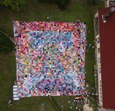 a fotodron által készített légi felvétel az óriás takaróról mellette a kultúrházáll, lehet aránítani :)