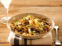 Noedelsalade met shii-take, noten en garnalen