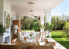 Комнаты отдыха могут быть не только в закрытом помещении, что особенно актуально в жаркое время года. Проводя время за городом, хочется находиться максимально близко к природе, любоваться красивым садом и дышать на всю грудь свежим воздухом. Испанский сайт El Mueble предлагает замечательную подборку красиво оформленных, вдохновляющих вернад и террас — для наилучшего отдыха на природе. …