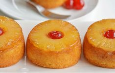 These mini pineapple upside down cakes are so pretty and they're REALLY EASY to make! This is such a delicious dessert recipe to serve to family or guests! Köstliche Desserts, Delicious Desserts, Dessert Recipes, Cake Recipes, Mini Pineapple Upside Down Cakes, Chocolate Eclair Cake, Fancy Salads, New Recipes For Dinner, Baking Tins