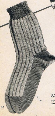 """Jane uit Amerika maakte deze lieve slofjes.     Vandaag zag ik voor het eerst het resultaat van één van """"mijn"""" vintage patronen te... Loom Knitting, Knitting Stitches, Knitting Socks, Crochet Socks, Knit Crochet, Sock Shoes, Diy And Crafts, Slippers, Footwear"""