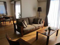 ブラックチェリー材の床にウォールナット無垢材の家具でコーディネートした実例です!オリジナルブランド「Authenticity」BⅡタイプSOFAを中心にコーディネート