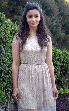Alia Bhatt Indian film actress Alia Bhatt is born on 15 March works in Bollywood industry. Alia Bhatt Hairstyles, Saree Hairstyles, Hairstyles Haircuts, Trendy Hairstyles, Bollywood Stars, Bollywood Fashion, Indian Celebrities, Bollywood Celebrities, Alia Bhatt Lehenga