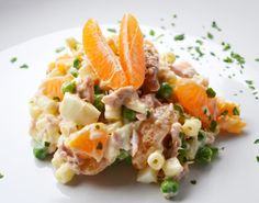 Der leichter Thunfischsalat wird mit Erbsen, Nudeln, Mandarinen und frischem Thunfisch hergestellt. Ein Genuss für jede Jahreszeit.