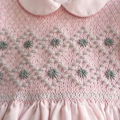 Vestido rosa bordado y realizado con punto smock, o nido de abeja. Totalmente realizado a mano. Se puede elegir colores y tallas.
