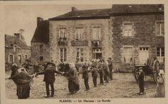 Voici une carte postale ancienne de Plaintel dans les Côtes d'Armor en Bretagne. Il s'agit de la ronde lors d'un mariage. [Venez découvrir et compléter notre galerie d'images : http://www.geneanet.org/gallery/ Merci @rhenryg pour cette carte postale]  #Geneanet #CartesPostalesAnciennes #Archives