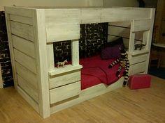 Laag óf hoog slapen? Ombouw hutbed! Te jong om al hoog te slapen? Bouw het bed eerst laag op! Als je kind oud genoeg is wordt het bed omgebouwd tot halfhoogslaper met hut onder en trapje.
