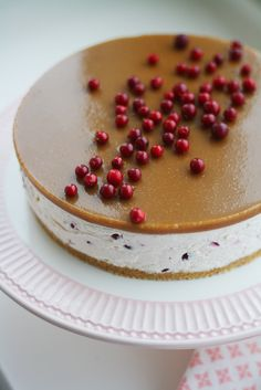 Salted caramel cake with lingonberries Sweet Recipes, Cake Recipes, Dessert Recipes, Delicious Desserts, Yummy Food, Just Eat It, No Bake Treats, Christmas Baking, No Bake Cake