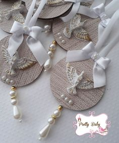 First Holy Communion, Diy Home Crafts, Wall Art, Craft Ideas, Initial Door Hanger, Recycled Cds, Mandalas, Christening, Ornaments