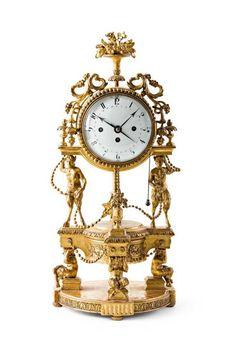 Außergewöhnliche bacchantische Stockuhr. Auf rundem Plinthensockel vier Faune, die den darauf ruh — Uhren, Musikdosen und technische Geräte