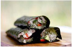 Como fazer rolo de Nori - 2 folhas de nori , 1/2 abacate cortado, 10 fatias finas de pimentão vermelho , 8 tomates seco, punhado de alfafa, pimenta de Caiena,  atum , sementes de gergelim