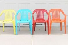 Bring New Life to Your Old Plastic Chairs, With Krylon Spray Paint - We've had these Green Plastic Lawn chairs since we were first Married. They have seen bette… Backyard Chairs, Pool Chairs, Lawn Chairs, Side Chairs, Outdoor Chairs, Outdoor Plastic Chairs, Indoor Outdoor, Blue Cushions, Chair Cushions