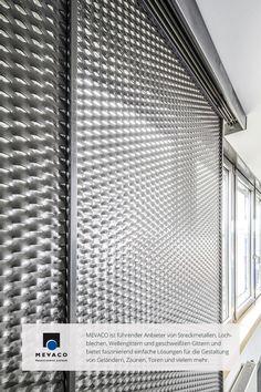 Im Bürohaus von MEVACO einen Sonnen- und Sichtschutz aus Streckmetall zu installieren ist eine Herausforderung. Laut Metallbauer Klein schauen vor allem hier ein paar Augen mehr hin als sonst.  Mehr unter http://www.mevaco.de/fascination-42 #MEVACO #Sichtschutz #Aluminium #Streckmetall #FaszinationNo42