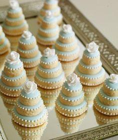 Procurando um doce diferente e que tenha a cara da festa de casamento? Encontramos estes cookies temáticos que imitam um bolo de casamento! É uma opção alegre e divertida para a festa! www.noivinhostopodebolo.com