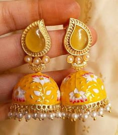 Indian Jewelry Earrings, Jewelry Design Earrings, India Jewelry, Ear Jewelry, Tikka Jewelry, Antique Jewellery Designs, Fancy Jewellery, Jewelry Party