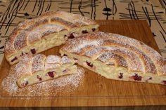 Meggyes-túrós óriás csiga Hungarian Recipes, Bacon, Bread, Cookies, Ethnic Recipes, Food, Crack Crackers, Brot, Biscuits