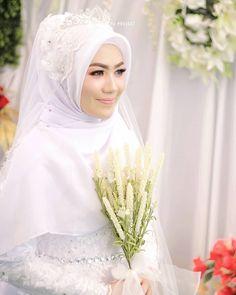 Gambar mungkin berisi: 1 orang, bunga Muslimah Wedding Dress, Hijab Style Dress, Muslim Wedding Dresses, Muslim Brides, Wedding Hijab, Wedding Bride, Bridesmaid Dresses, Hijab Outfit, Wedding Events