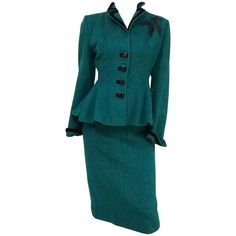For Sale on - Lilli Ann Speckled Green Suit Set. Black velvet trim and beaded applique on one shoulder. Flared peplum on jacket. 1940s Outfits, Retro Outfits, Chic Outfits, Fashion Outfits, 1940s Fashion, Suit Fashion, Vintage Fashion, 1940s Inspired Fashion, 1940s Suit