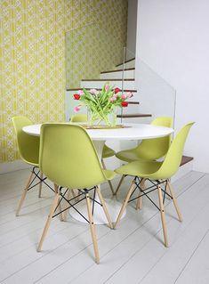 Sillas DSW verdes patas de madera de Charles Eames y Mesa Saarinen Blanca de Eero Saarinen