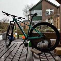 Wat een weer wat een weer. Toen ik vanochtend wakker werd had ik gedacht dat de wereld er weer uit zou zien maar niets bleek minder waar alles was gewoon nog zoals het gisteren ook was. Ik keek wat rond op #Facebook #Twitter #Instagram en tik tok en zag dat er in de rest van #Nederland wel hier en daar veel sneeuw was gevallen. Nou hier dus niet. #Vanmiddag meteen na het eten dacht ik; Ik ga nog even een heel klein stukje fietsen op de fiets van Marieke maar op dat moment begon het een beetje te