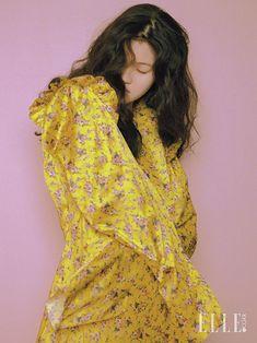 머리부터 발끝까지 꽃으로 감싼 소녀가 봄의 시작과 끝을 알린다. 진주 장식으로 여성스러움을 극대화한 시스루 드레스는 가격 미정, Givenchy by Riccardo Tisci. 플라워 모티프의 링은 가격 미정, Balenciaga. 부드러운 촉감의 실크 슬립은 가격 미정, Celine. 강렬한 플라워 프린트 팬츠는 가격