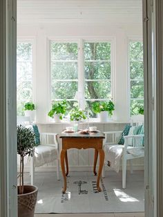 A curvy little table will be perfect to snack on on the glass veranda. Swedish Cottage, Swedish Decor, Swedish House, Cottage Style, Cottage Chic, Interior Decorating, Interior Design, Cottage Homes, Porches