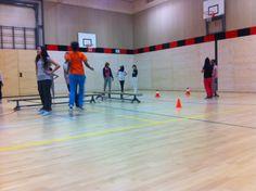 Vak stuiterbal: verdeel de zaal in 8 vakken. Ieder team bestaat uit 3 mensen. De bal mag niet 3 keer stuiten, anders aan de kant en wisselen.