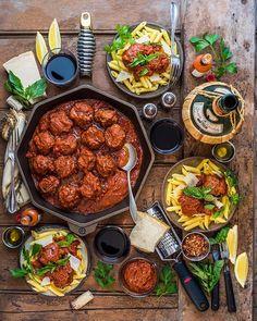 Pasta Night Y'ALL! (Life-Changing Meatball recipe in … Indian Food Recipes, Italian Recipes, Italian Dishes, Vegan Quesadilla, Beste Brownies, Food Platters, Cooking Recipes, Healthy Recipes, Food Presentation