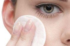 Depois daquele look incrível, com make divo, não basta passar um produtinho qualquer para limpar o rosto. Para garantir a saúde da pele, é preciso tomar alguns cuidados. Hoje, eu trago dicas e produtos para remover a maquiagem. E se o cansaço ou o sono estiver grande, com cinco passos básicos você deixa a cútis novinha em folha. Dormir maquiada, nem pensar, ok? Confira: 1º Passo: Pré-limpeza Faça uma boa higienização com um lenço umedecido próprio para o seu tipo de pele. Assim, você já fica…