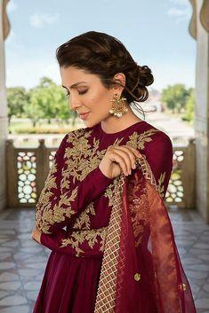 Image may contain: 1 person, closeup Iranian Women Fashion, Pakistani Fashion Casual, Pakistani Outfits, Indian Outfits, Indian Fashion, Pakistani Long Dresses, Pakistani Hair, Pakistani Party Wear, Pakistani Dress Design
