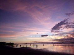 Si vous cherchez une destination romantique pour un voyage en amoureux, l'île de Bali en Indonésie est sans doute l'un des plus beaux endroits où vous puissiez aller. Cette destination que l'on surnomme 'l'île des dieux' est un parfait petit paradis pour les couples en quête de dépaysement et de détente. Nous avons répertorié pour vous trois choses à faire en amoureux à Bali.<br /> par Audrey