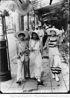 "Moga, short for modern girl, モダンガール, modan garu might be considered the flappers of Japan during the Taisho era Both in dress and attitude, these girls embraced a ""Western"" perspective. Foto Fashion, 1930s Fashion, Fashion History, Vintage Fashion, Style Fashion, Fashion Beauty, Moda Vintage, Vintage Mode, Vintage Style"