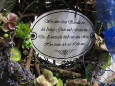 Liebevoll ausgeschmücktes Email-Spruchschild auf zauberhaftem Türkranz - dauerhaft haltbar!