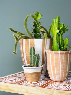 37 Terra-bly Creative Ways to Upcycle Terra Cotta Pots 30 Easy + Low-Cost Terra-Cotta Pot Crafts Clay Pot Crafts, Tile Crafts, Diy Clay, Shell Crafts, Painted Plant Pots, Tile Tables, Decoration Plante, Pot Plante, Diy Planters