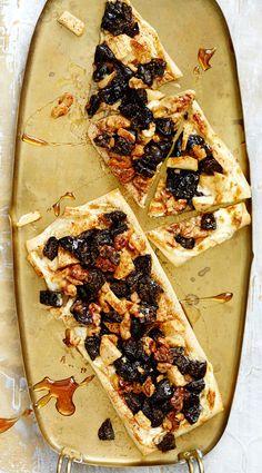 .Luumu-omenatorttu. Näistä joulutortuista pitävät nekin, joille perinteiset luumumarmeladilla päällystetyt tortut eivät maistu. Torttulevyt päällystetään suitsait ranskankermalla, kuivatuilla luumuilla, omenalla, pähkinöillä ja kanelilla, eikä näitä torttuaja tarvitse edes taitella. Huippuhelppoa, maukasta ja rouskuvaa!