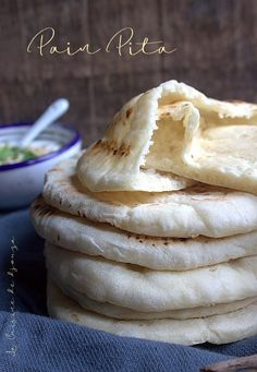 Lebanese cuisine in the spotlight with pan-fried pita bread, an easier and faster version to prepare Lebanese Cuisine, Lebanese Recipes, Cooking Bread, Bread Baking, Naan, Food Inspiration, Food Porn, Food And Drink, Favorite Recipes