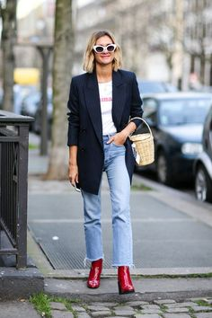 cool girl style to steal! Jeans, a graphic tee, a blazer and statement booties are always a good idea. Don't forget trending accessories like white sunglasses and a basket bag, red booties Jeans Trend, Look Jean, New Street Style, Cool Girl Style, Look Blazer, Mode Jeans, Moda Paris, Oversized Blazer, Red Boots