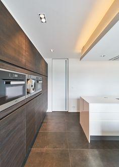 """Moderne binnendeur van vloer tot plafond met een onzichtbare """"IBO"""" omlijsting. De verticale inbouwgreep is voorzien van een lichtdoorlatende plexiglas insert."""