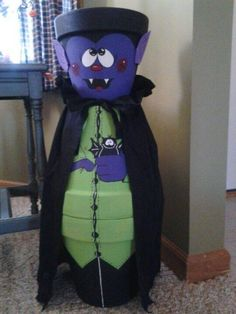 DIY VAMPIRE made with CLAY POTS for Halloween! This is so creative & fun…Love it! Can't wait to make one! myincrediblerecip… - All About Diy Halloween, Moldes Halloween, Theme Halloween, Adornos Halloween, Manualidades Halloween, Outdoor Halloween, Halloween Projects, Holidays Halloween, Happy Halloween