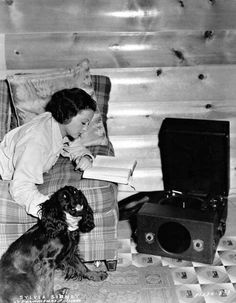 0 Sylvia Sidney with her cocker Hollywood Music, Old Hollywood, Maggie Smith Young, Miriam Hopkins, Sylvia Sidney, People Reading, Celebrity Books, Norma Shearer, Music Theater