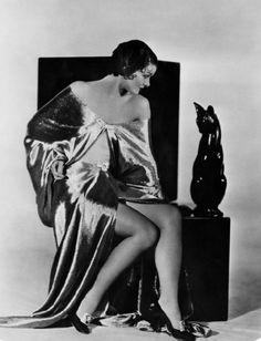 Myrna Loy, on an art deco chair Old Hollywood Glamour, Vintage Hollywood, Hollywood Stars, Classic Hollywood, Hollywood Icons, Myrna Loy, Harlem Renaissance, Belle Epoque, Old Photos